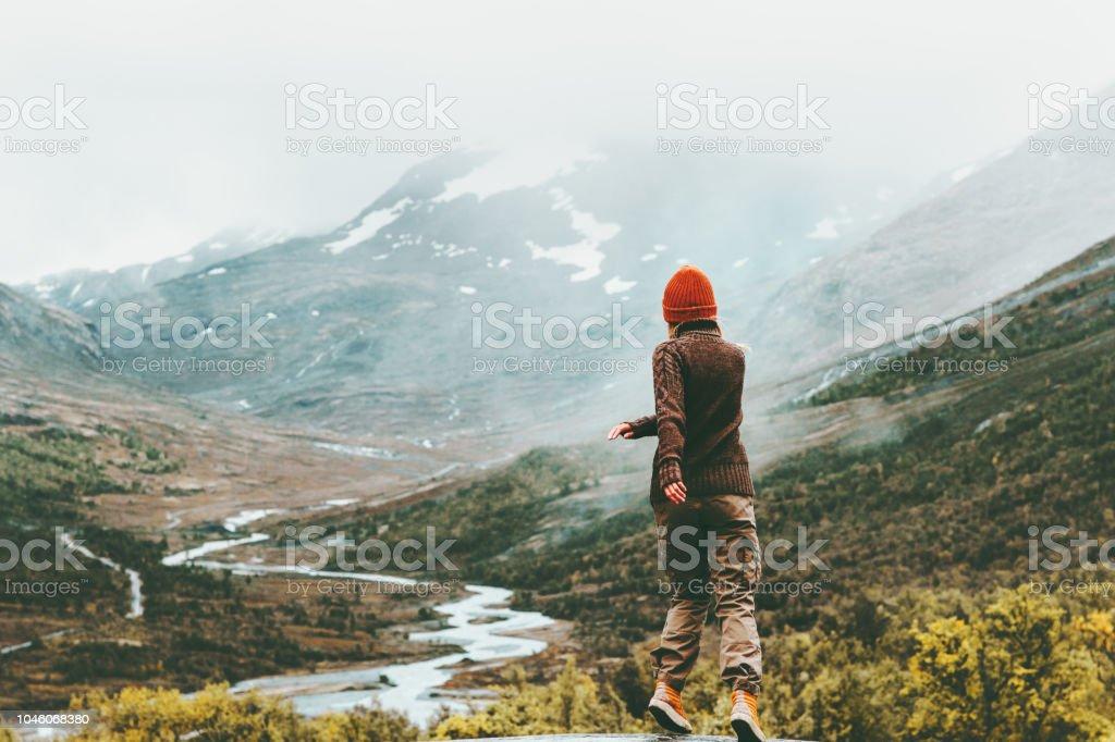 Frau zu Fuß im freien neblige Bergen im Hintergrund Reisen Lifestyle Urlaub Konzept Abenteuer aktiv Urlaub – Foto