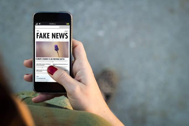 Frau zu Fuß Smartphone gefälschte Nachrichten – Foto