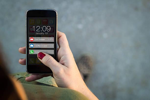 通知を歩いてのスマートフォンの女性 - 押す ストックフォトと画像