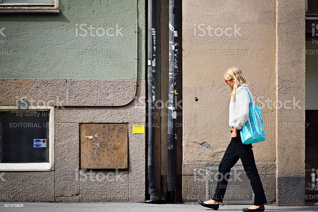 Woman walking with bag photo libre de droits