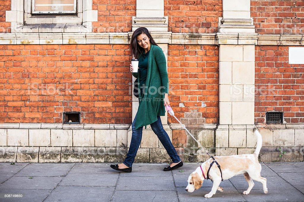 Frau zu Fuß mit Hund im Frühjahr Sonntag Morgen in London – Foto