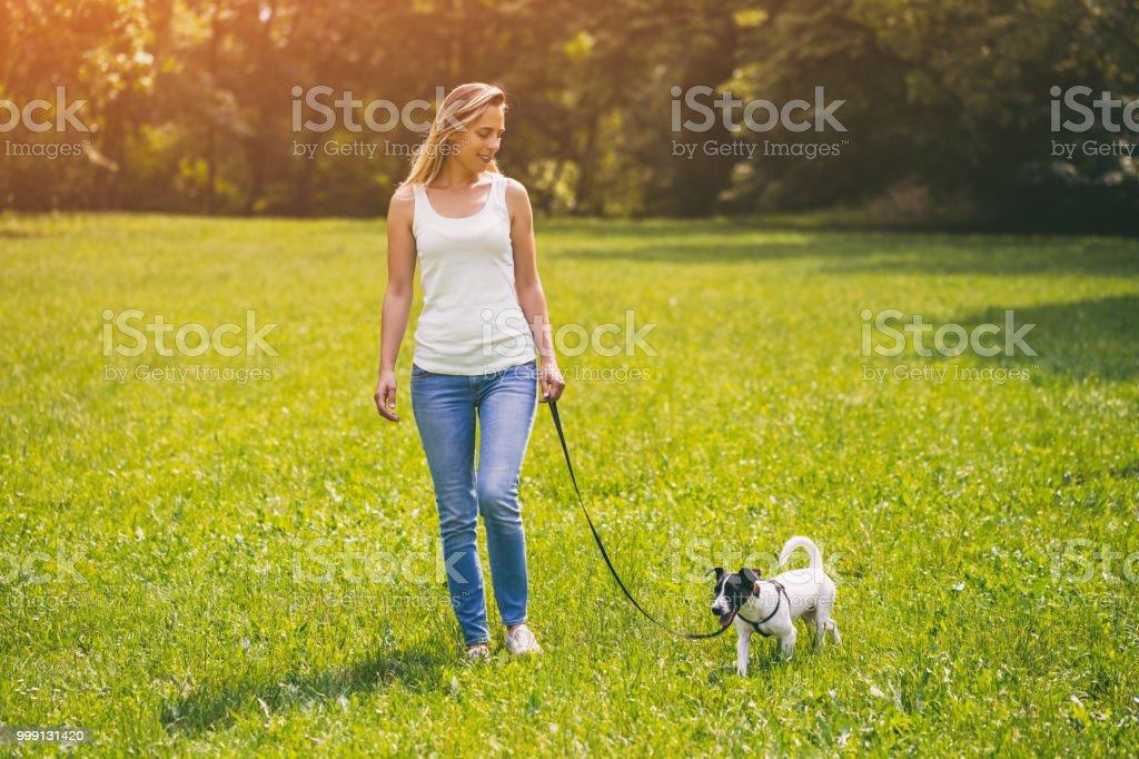 Mulher andando com ela cachorro Jack Russell Terrier - foto de acervo