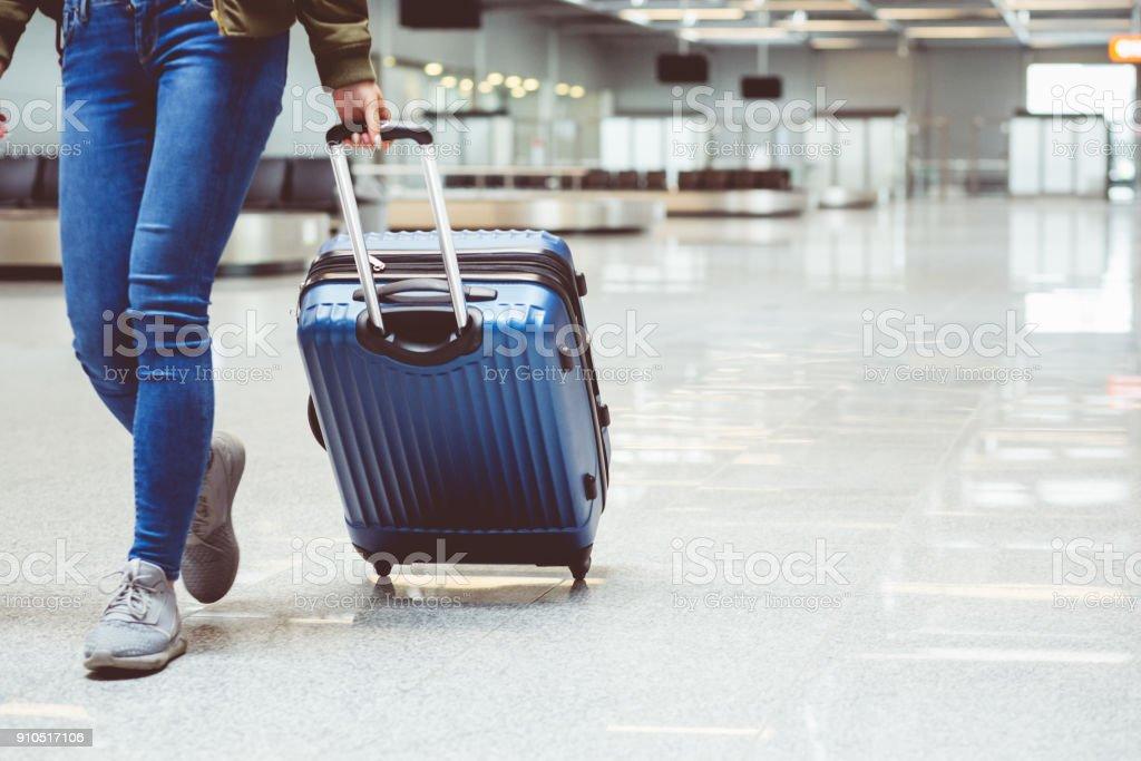 Frau zu Fuß mit Koffer am Flughafen-terminal – Foto