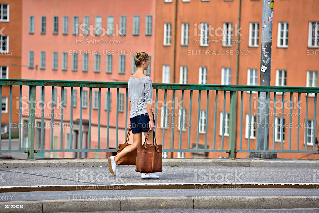 Woman walking with two heavy bags foto stock royalty-free