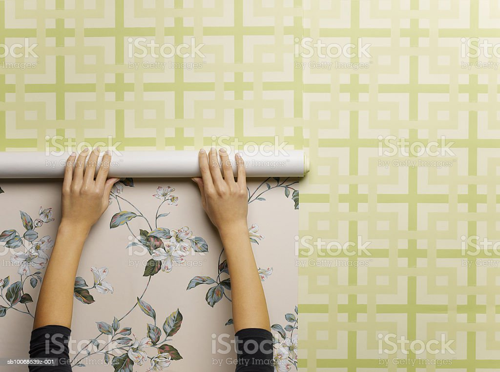 Mulher wallpapering parede, close-up foto royalty-free