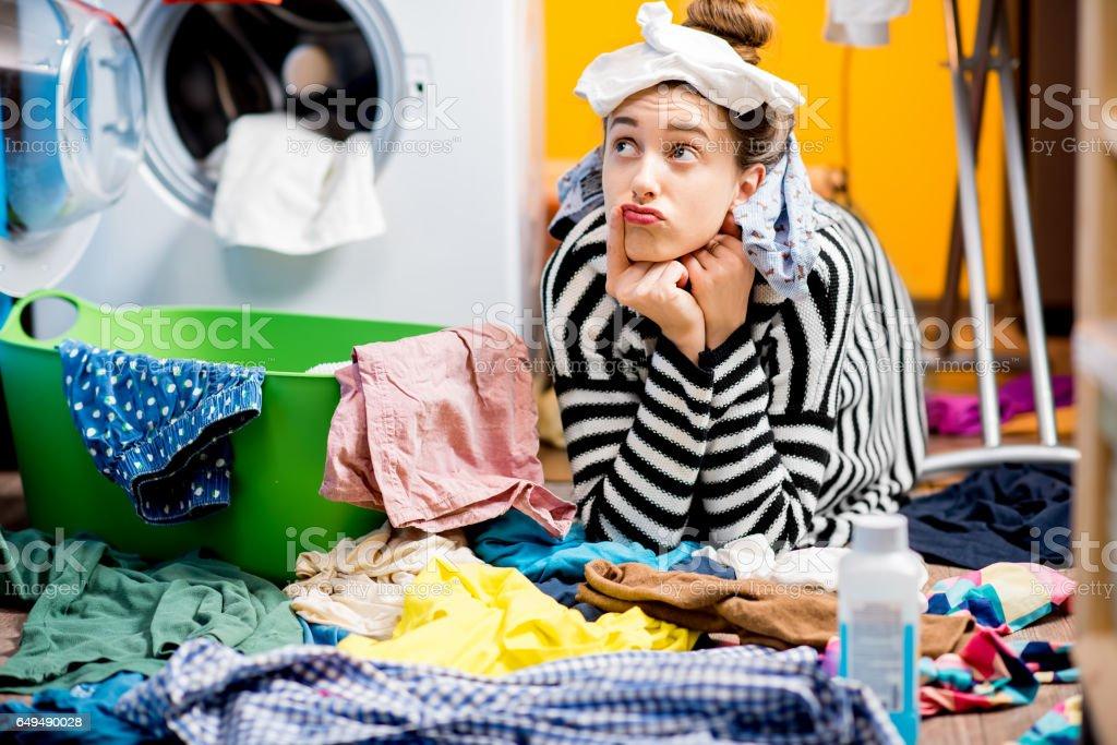 Mujer lavar la ropa en casa foto de stock libre de derechos