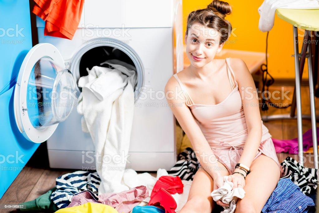 Frau Waschen von Kleidung zu Hause - Lizenzfrei Arbeiten Stock-Foto