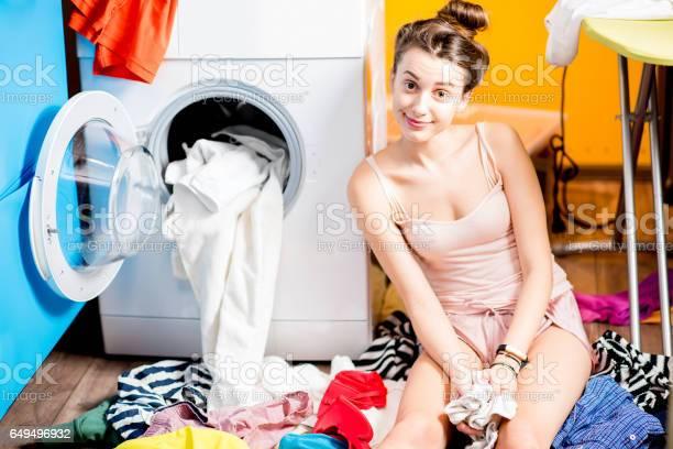 Frau Waschen Von Kleidung Zu Hause Stockfoto und mehr Bilder von Arbeiten