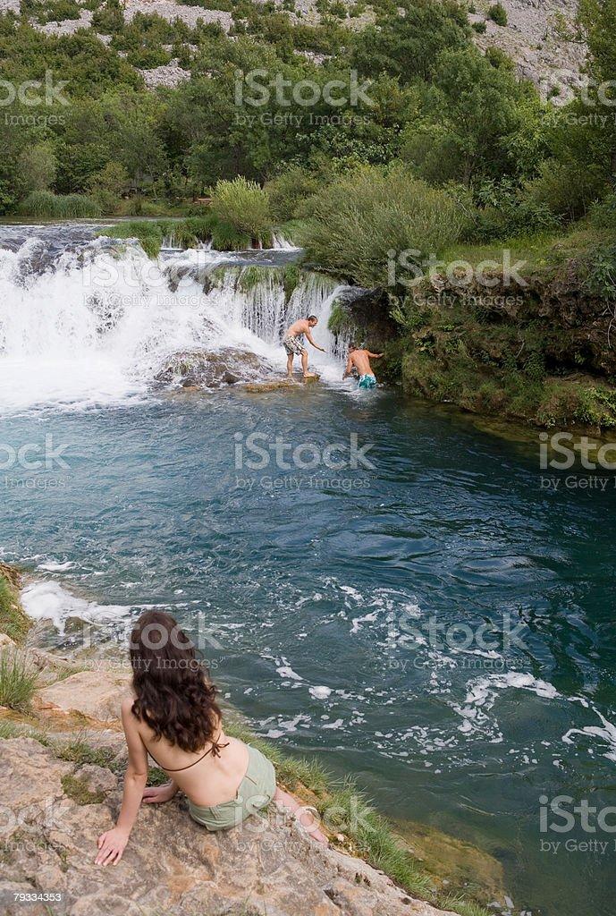 Mulher assistir homens com uma cascata foto de stock royalty-free