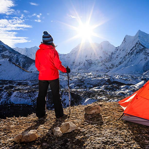 frau gerade sonnenaufgang im himalaja, mount everest nationalpark - zelt stehhöhe stock-fotos und bilder