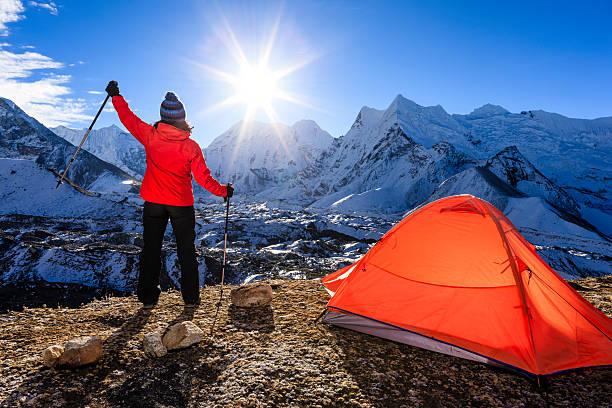 frau bei sonnenaufgang über dem himalaya, mount everest national park - zelt stehhöhe stock-fotos und bilder