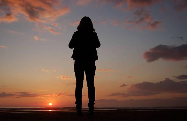 frau beobachten den sonnenuntergang - sich im kreis drehen stock-fotos und bilder