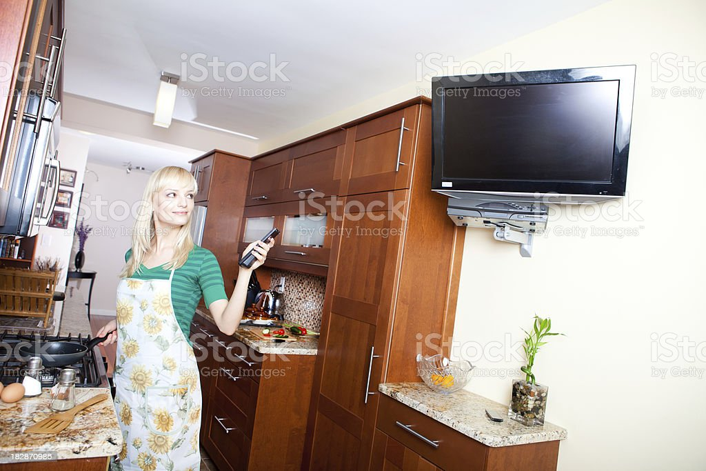 Donna Guardando La Tv In Cucina Mentre Cucina - Fotografie stock e ...