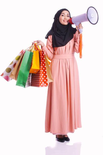 Vêtements femme, un sac à provisions cale robe profiter d'acheter des objets isolés sur fond blanc - shopping, consommation et concept lifestyle - Photo