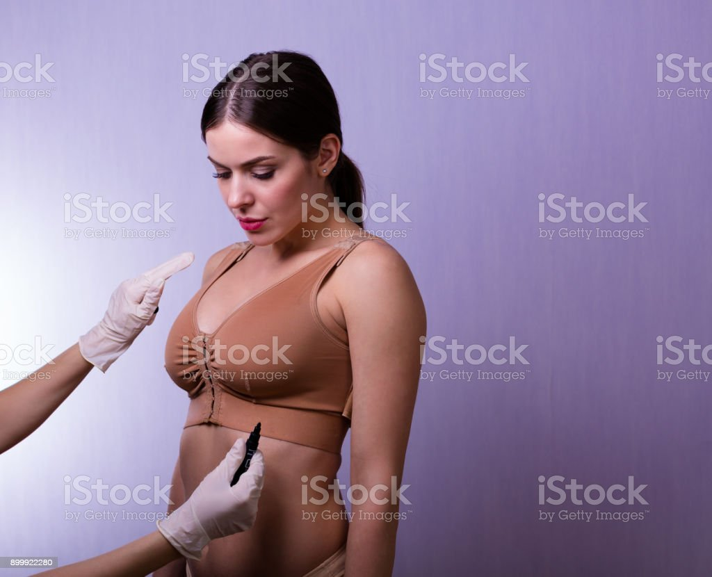 Mujer que llevaba un sujetador de compresión - foto de stock