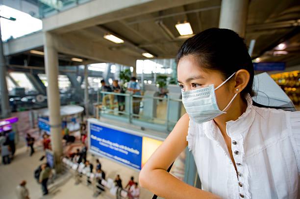 maschera facciale presso l'aeroporto - sars foto e immagini stock