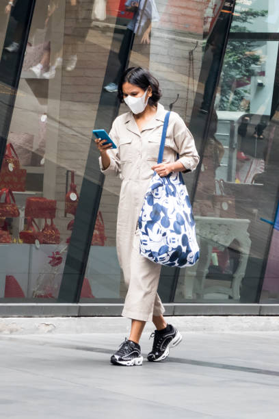 Frau trägt eine Gesichtsmaske zum Schutz vor Smog und Coronavirus – Foto