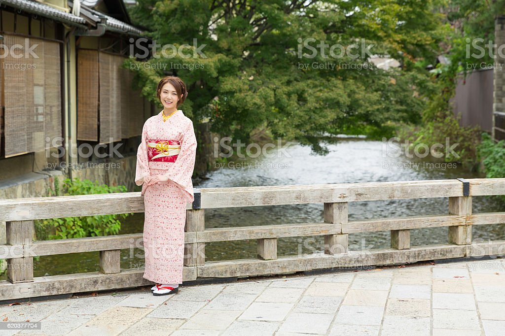 Woman wearing a kimono in Kyoto foto de stock royalty-free