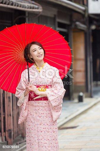 Woman Wearing A Kimono In Kyoto - Stockowe zdjęcia i więcej obrazów Azjaci