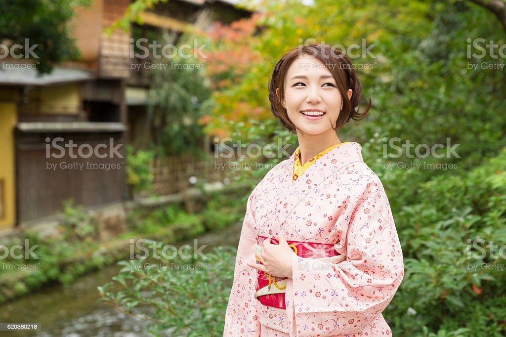 Woman wearing a kimono on a bridge foto de stock royalty-free