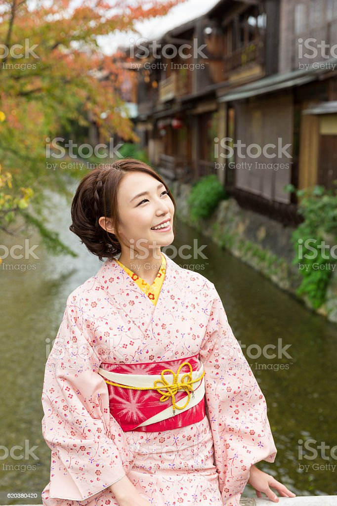 Woman wearing a kimono on a bridge foto de stock royalty-free