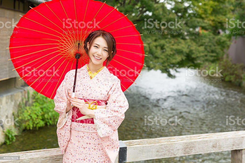 Woman wearing a kimono with a red umbrella zbiór zdjęć royalty-free