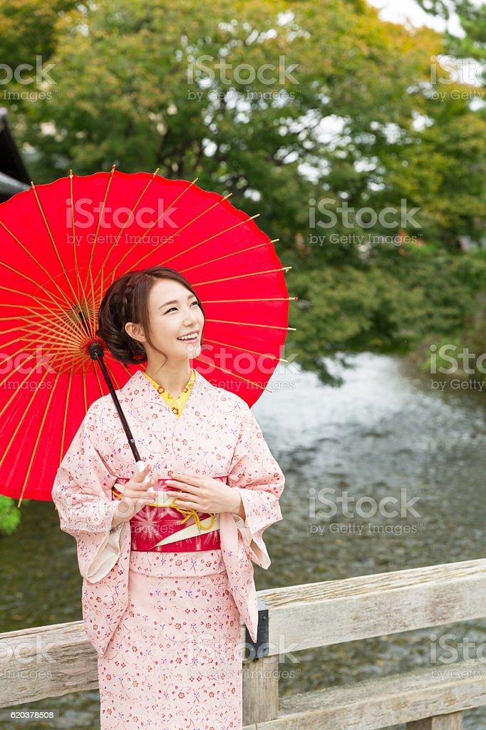 Woman wearing a kimono with a red umbrella foto de stock royalty-free