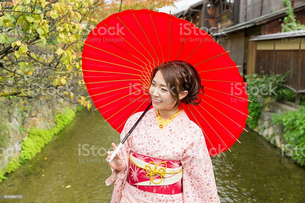 Woman wearing a kimono with a red umbrella foto de stock royalty-free