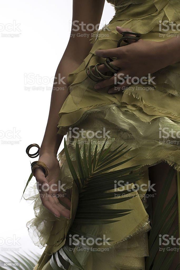 Eine Frau trägt eine Pflanze ring Lizenzfreies stock-foto