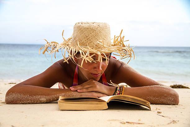 Buch am Strand – Foto