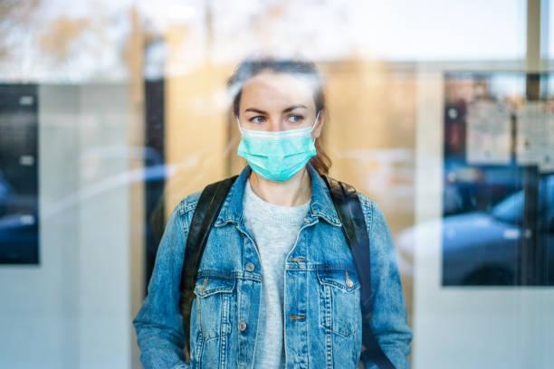 Frau trägt eine chirurgische Maske im Freien – Foto