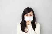 女性が着用外科手術用マスク