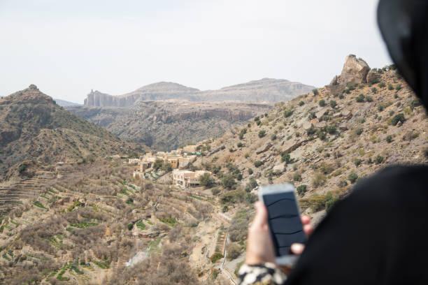 Vrouw die Abaya en Sheila in Oman draagt foto