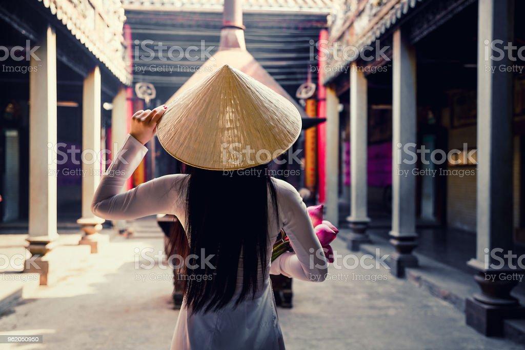 Frau trägt Ao Dai Kultur Tradition im alten Tempel. – Foto