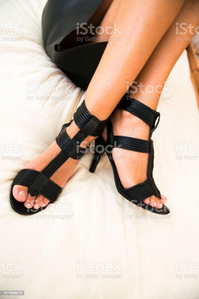 Stock En Negro Mujer Vestida Con Tacón Altos Cama Foto Zapatos De H29WEID