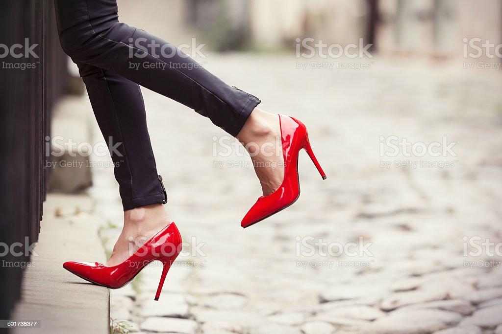 Mujer usando pantalón de cuero negro y rojo y zapatos de tacón de - foto de stock
