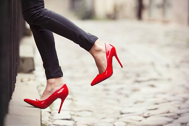 frau mit schwarze lederhose und rote high heel schuh - schuhe mit absatz stock-fotos und bilder