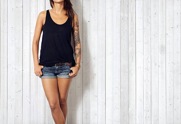 frau in schwarz ärmelloses t-shirt - tatto vorlagen stock-fotos und bilder