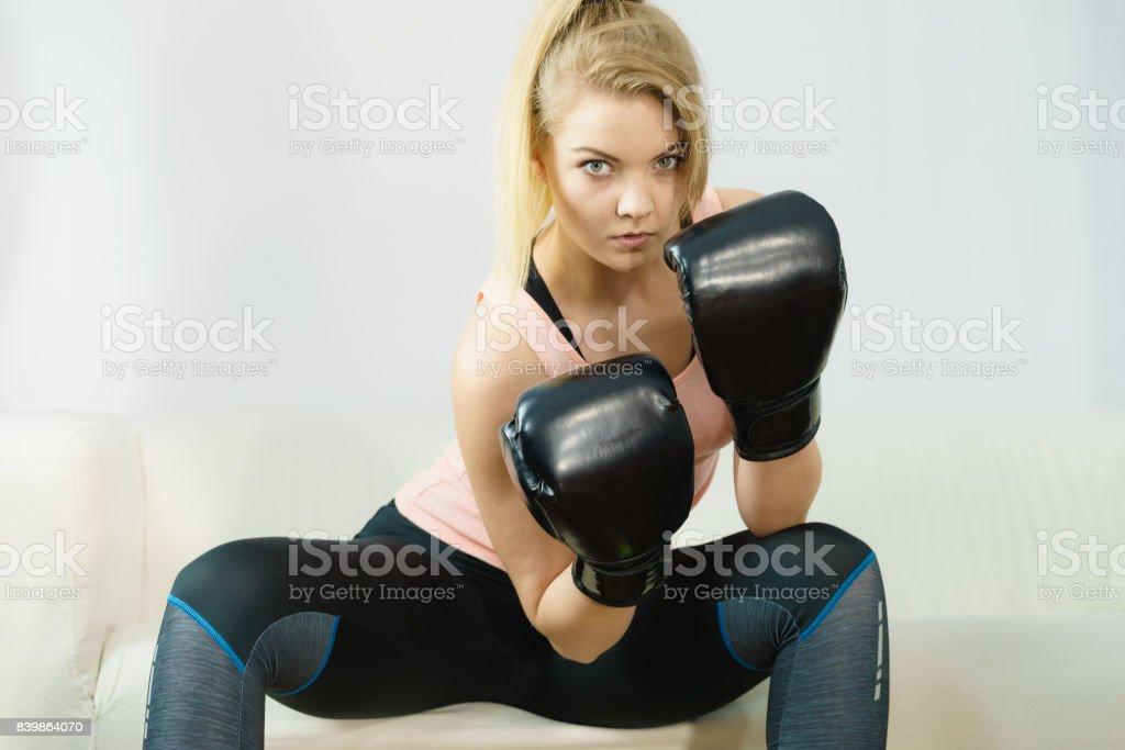 Mulher usando luvas de boxe - foto de acervo