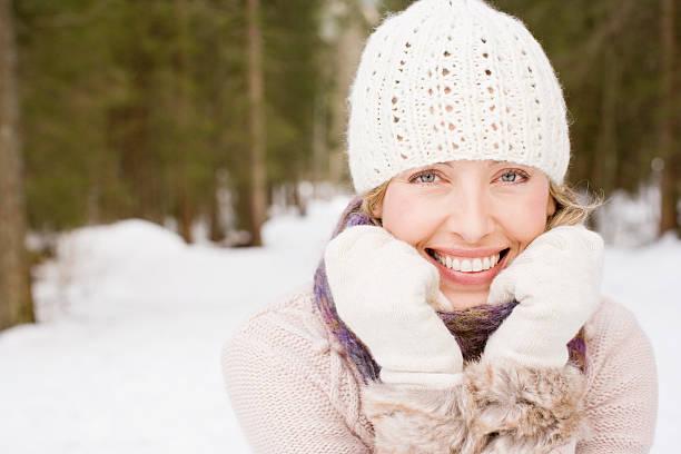 frau tragen mütze und handschuhe im schnee - mützenschal stock-fotos und bilder