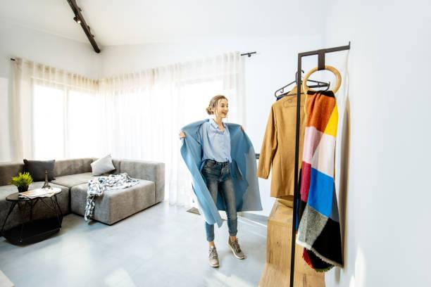 Frau trägt zu Hause Mantel – Foto