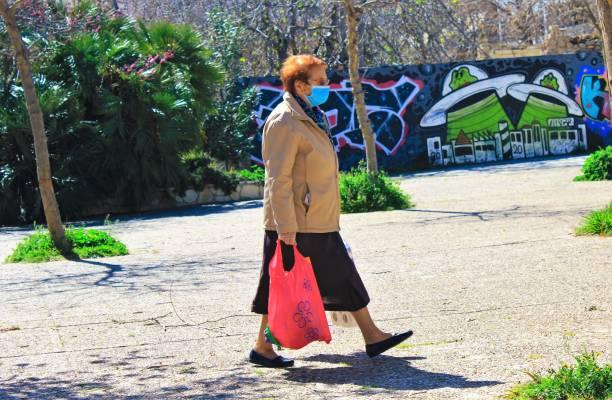 Femme portant le masque facial dû à l'éclosion de Coronavirus. - Photo