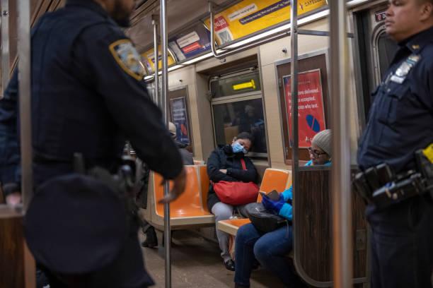 Frau trägt Gesichtsmaske in New York City U-Bahn – Foto