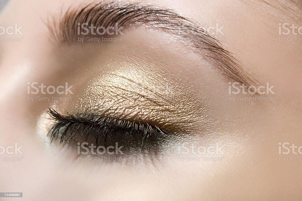 Mulher vestindo sombra de olho Ouro foto de stock royalty-free