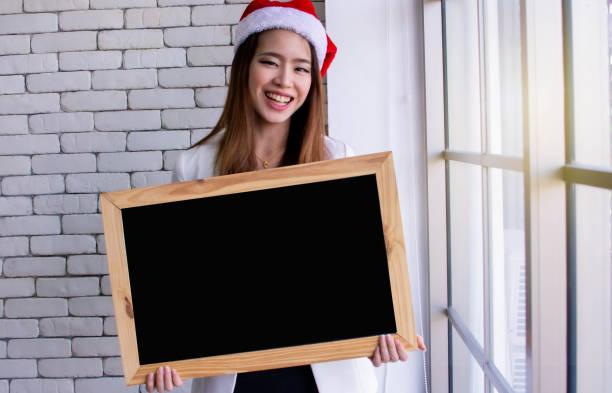 frau trägt hut für weihnachten oder neujahrsfeier - sprüche zum firmenjubiläum stock-fotos und bilder