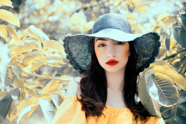 Mujer usando sombrero al aire libre - foto de stock