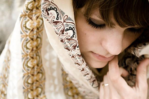 frau mit kopf auf - ägyptisches make up stock-fotos und bilder