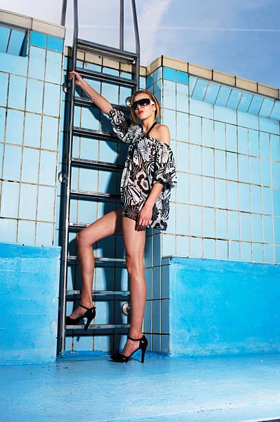 frau mit high heels in leeren pool - schwimmbad nrw stock-fotos und bilder