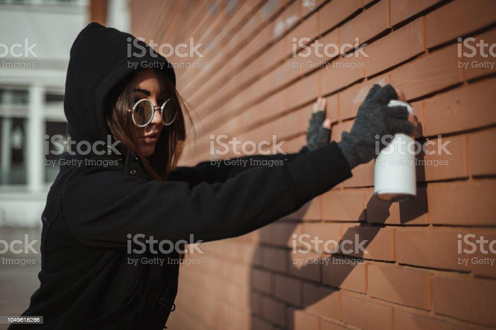 Foto De Mulher Vestindo Camisa Com Capuz E Desenho Grafite