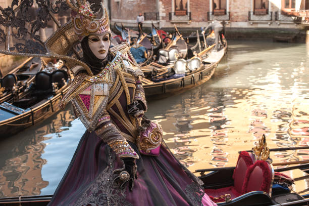 Frau mit mystischen elegante Maske am Karneval in Venedig – Foto